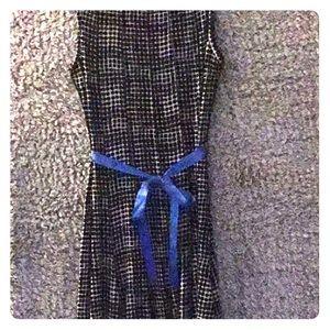 A-line sleeveless dress with ribbon.